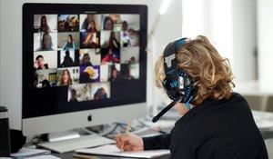 Un estudiante sigue una clase 'on line' con el resto de sus compañeros desde su vivienda en Barcelona, el pasado 2 de abril.