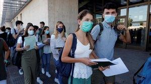 Estudiantes navarros, el martes, entrando al recinto de Pamplona donde se examinaron de la EvAU.