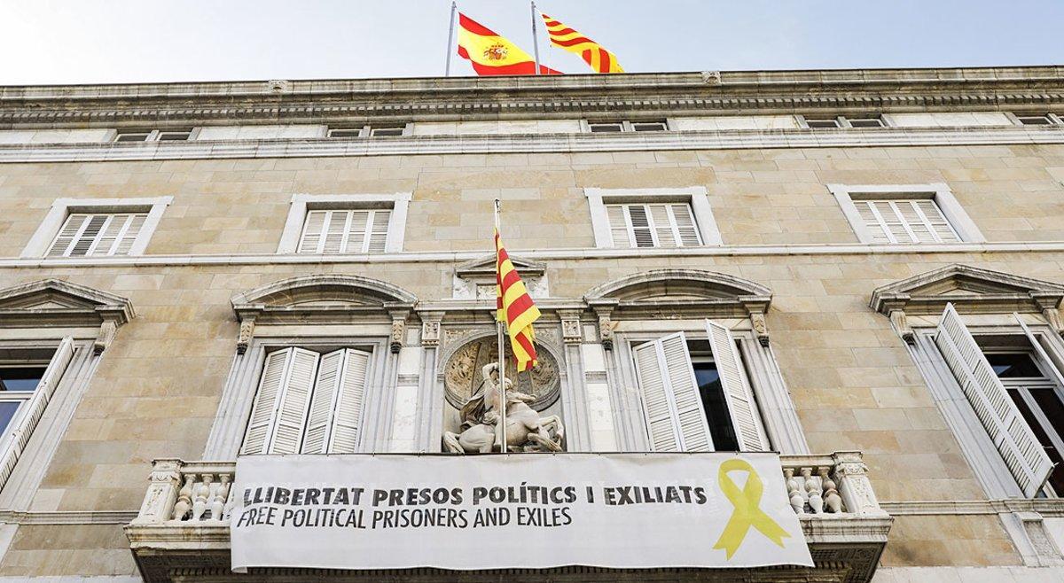 La fachada del Palau de la Generalitat, con la pancarta a favor de los políticos presos y el lazo amarillo.