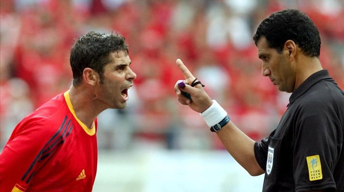 Fernando Hierro protesta una decisión del arbitro egipcio Gamal Al-Ghandour durante el partido de los cuartos de final contra Corea del Sur del Mundial del 2002.