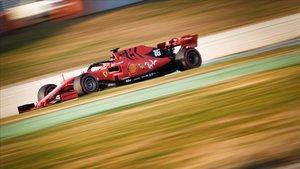 El Ferrari de Charles Leclerc en el Circuit de Catalunya.