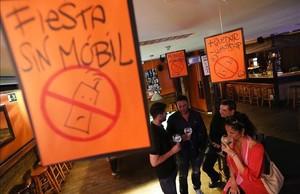 Fiesta sin móviles en el Bare Nostrun de Barcelona.