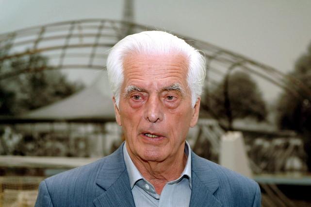 Frei Otto, ganador del Premio Pritzker 2015ante el Estadio Olímpico de Múnich.
