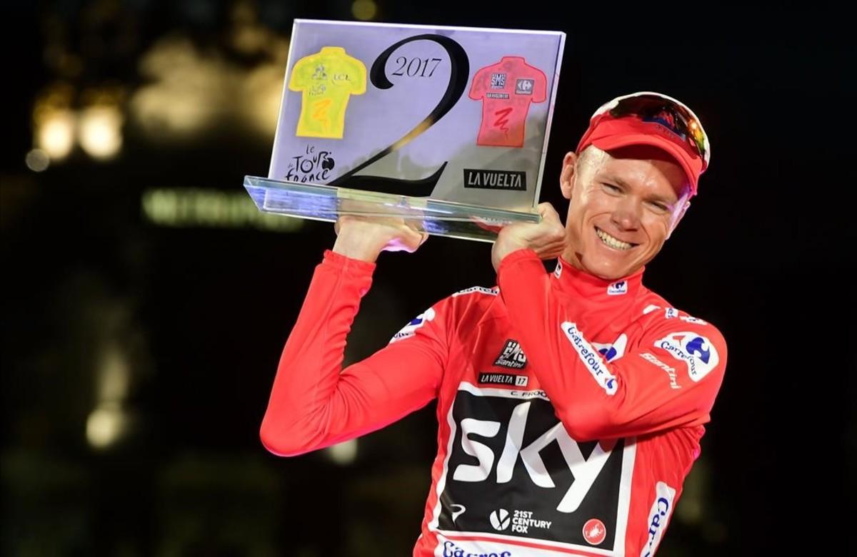 Chris Froome, con el trofeo que lo acredita como ganador este año del Tour y de la Vuelta.