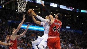 Mirotic y Pau Gasol defienden el aro de Chicago Bulls en un partido ante Oklahoma.