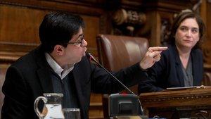 Gerardo Pisarello y Ada Colau, en el pleno municipal de hoy.