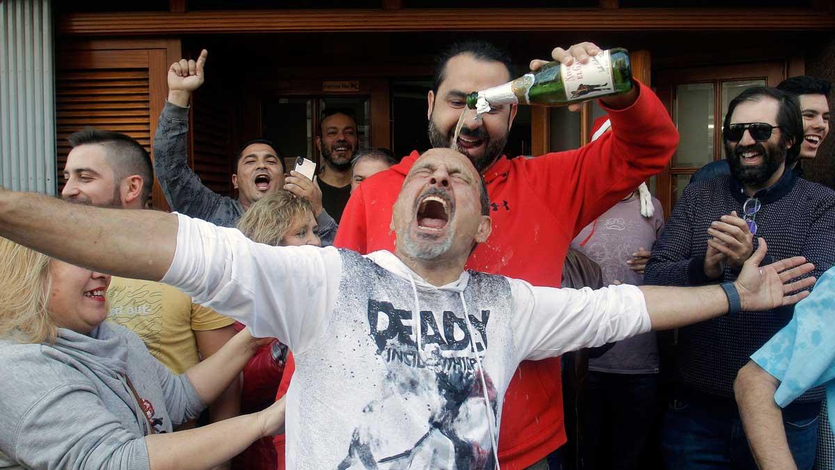 En elBar de Pepe de San Vicente del Raspeig(Alicante) están de enhorabuena porque han vendido 40décimos delGordo. El dueño del bar, Basilio y su mujer dicen que continuarán trabajando estas Navidades para atender a sus clientes, pero después cerrarán para jubilarse gracias a su número de la suerte, el26590.