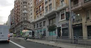 La Gran Vía de Madrid este lunes, con las primeras vallas de seguridad para la ampliacióndel espacio peatonal.