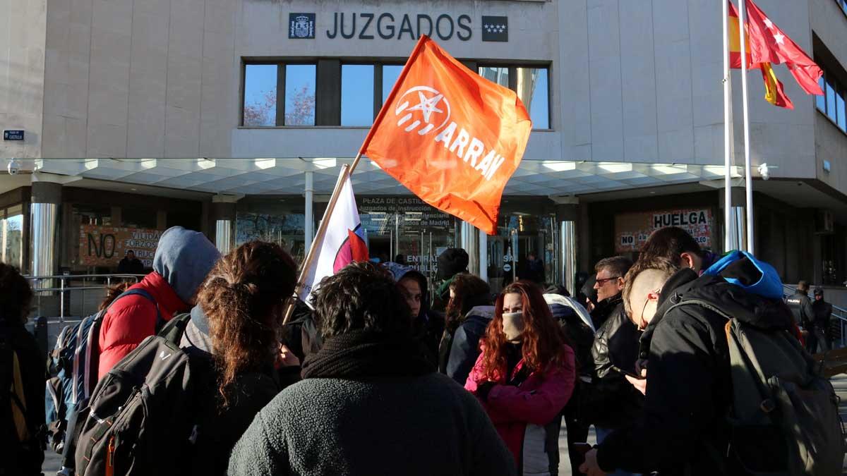 Un grupo de jóvenes se concentran en Madrid en apoyo a los detenidos de Arran.