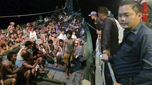Un grupo de musulmanes rohingyas en una patera a su llegada a Tailandia.