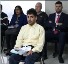 Félix Manrique, el gurú que captó a la joven española Patricia Aguilar, durante una vista judicial contra él en Perú. Detrás de él. en el centro, Alberto, el padre de Patricia.