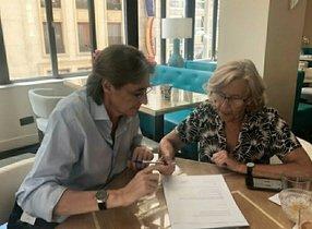 La exalcaldesa Manuela Carmena, en una reunión con la número dos de Más Madrid, Marta Higueras.