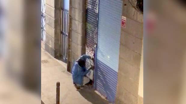 Un home intenta forçar la porta d'uns baixos abandonats al Raval
