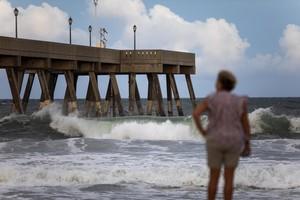 WRIGHTSVILLE BEACH NC EE UUVientos y olas comienzan a formarse en el muelle de pesca Johnnie Mercers antes de que el Huracan Florence golpee Wrightsville Beach en Carolina del Norte EE UUEFE Jim Lo Scalzo
