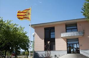 Imatge davui de la façana de lAjuntament de Bordils (Gironès), amb lestelada al balcó després que la Junta Electoral Central ha ordenat la retirada de les banderes independentistes dels ajuntaments, edificis públics i col·legis electorals.