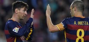 Iniesta (derecha) y Messi se felicitan en el partido ante la Real Sociedad.
