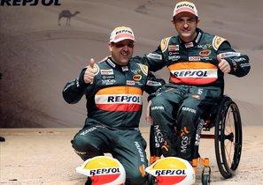 Isidre Esteve, junto a su copiloto Txema Villalobos, en la presentación de su equipo para el Dakar