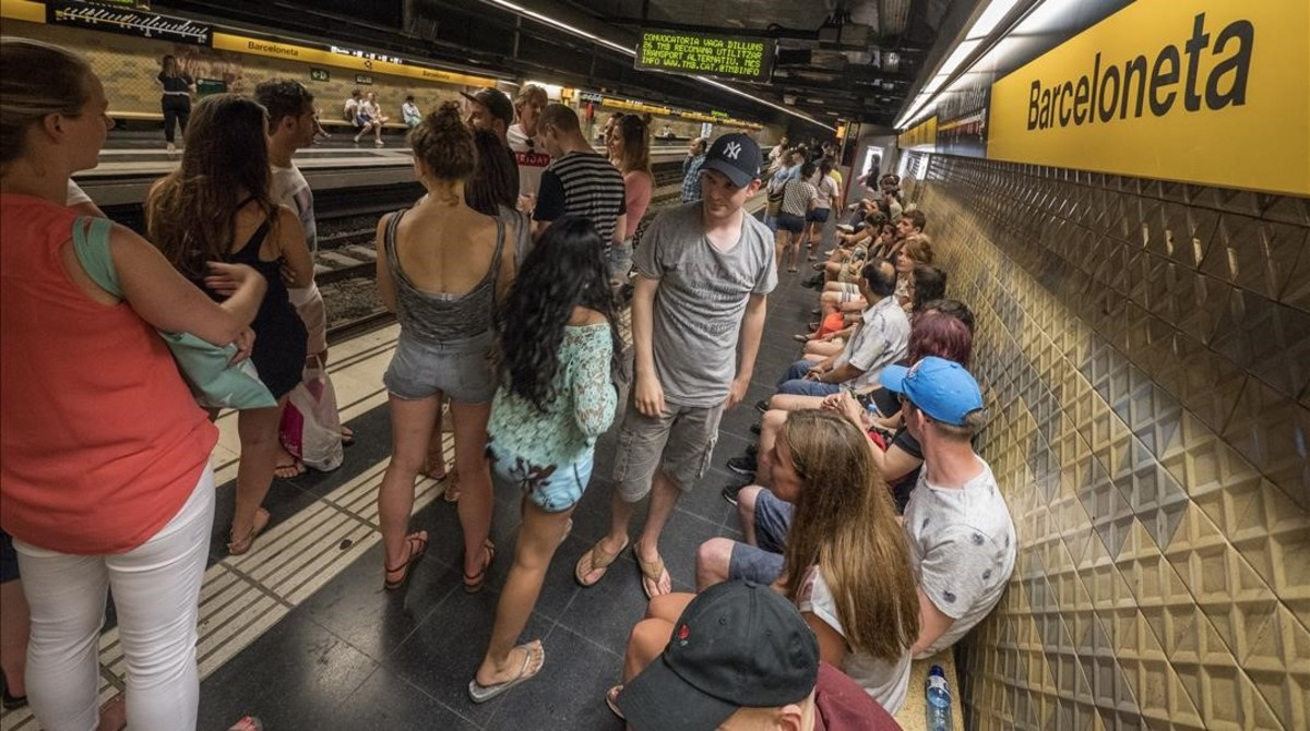 El metro de Barcelona durante la noche de Sant Joan.