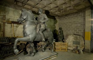La estatua ecuestre de Franco hecha por Josep Viladomat, en un depósito municipal.