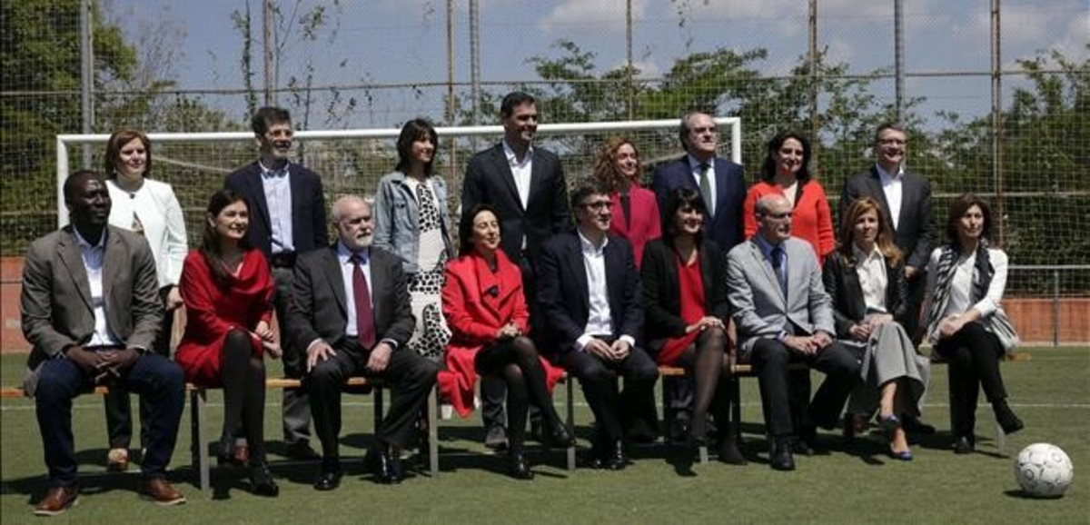 Pedro Sánchez, de pie en el centro, durante la presentación de su gobierno del cambio, el domingo 15 de mayo.