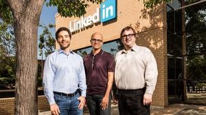 Jeff Weiner, consejero delegado de Linkedin; Satya Nadella, consejero delegado de Microsoft; y Reid Hoffman, cofundador de Linkedin.