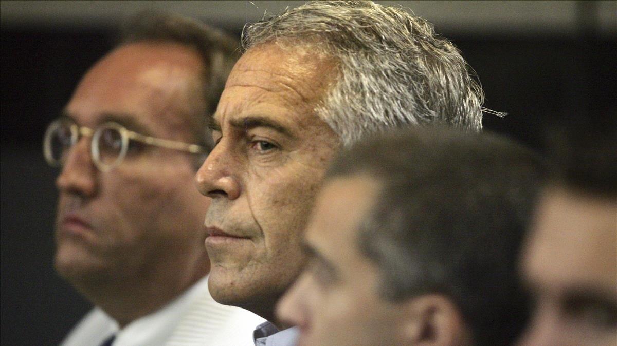Jeffrey Epstein, en el centro, durante el juicio del 2008.