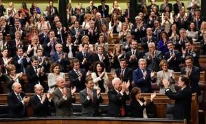 El presidente del Gobierno, Mariano Rajoy, saluda a la bancada del PP tras ser investido.