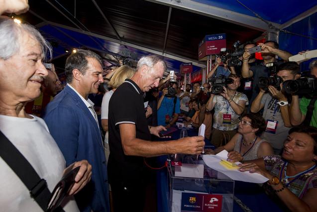Johan Cruyff, acompañado por Joan Laporta mientras votaba.