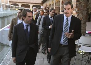 José María Aznar, acompanyat per l'exmandatari mexicà Vicente Fox (dreta).