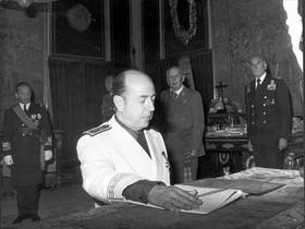José Utrera Molina, jurando uno de sus cargos durante la dictadura.