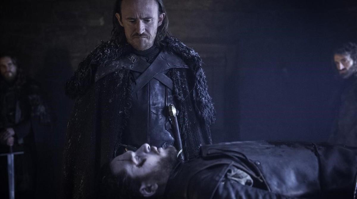 Los actores Ben Crompton (Eddison Tollett) y Kit Harington (Jon Snow), en una escena de la sexta temporada de la serie de la HBO 'Juego de tronos'.