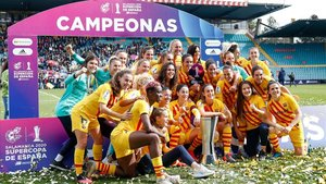 Las jugadoras del Barça posan con la Supercopa de España en Salamanca.