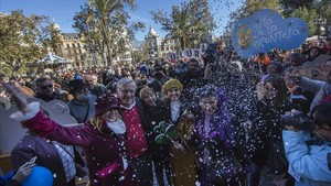 Las Magas de Enero a su llegada al Ayuntamiento de València, donde les esperaba el alcalde Joan Ribó