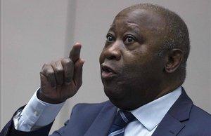 Laurent Gbagbo, expresidente de Costa de Marfil, gesticula en el juicio en la CPI.