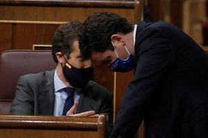 El líder del PP, Pablo Casado, conversa con su número dos, Teodoro García Egea, durante el pleno en el Congreso de este 10 de septiembre.