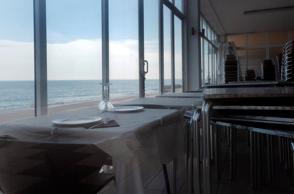 Vista general de un restaurante en primera línea de playa en El Perelló (Valencia) cerrado a causa de la crisis sanitaria del coronavirus durante vigésimo octavo día del estado de alarma decretado por el Gobierno.