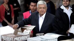 López Obrador en el momento de depositar su voto en un colegio electoral de la ciudad de México.