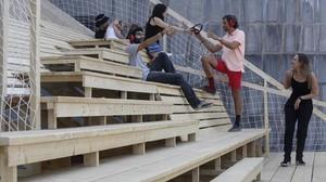 Los alumnos de arquitectura efímera de Elisava, este martes en el nuevo espacio temporal que permitirá durante seis meses ver y oírla Rambla de otra forma desde la terraza del Arts Santa Mònica.