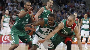 Los baskonistas Tillie y Hanga presionan a Williams, del Panathinaikos