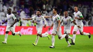 Los jugadores del Al Ain celebran el triunfo sobre el Wellington, en la primera ronda del Mundial de clubs 2018.