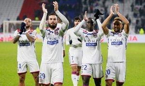 Los jugadores del Lyón aplauden a su hinchada después de vencer al Mónaco (3-0) este domingo.