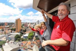Lula (derecha), junto a su mujer, Marisa (izq) yDilma Rousseff (centro), el pasado 5 de marzo, en Brasilia.
