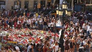Una semana después del atentado terrorista, la gente depositaba aún ofrendas de luto en el mosaico de Miró, donde se paró la furgoneta que conducía Younes Abouyaqoub.
