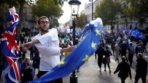 Un manifestante ondea una bandera británica y otra europea, este sábado, durante una marcha en Londres.