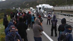 Manifestantes cortanla AP-7en la Jonquera.