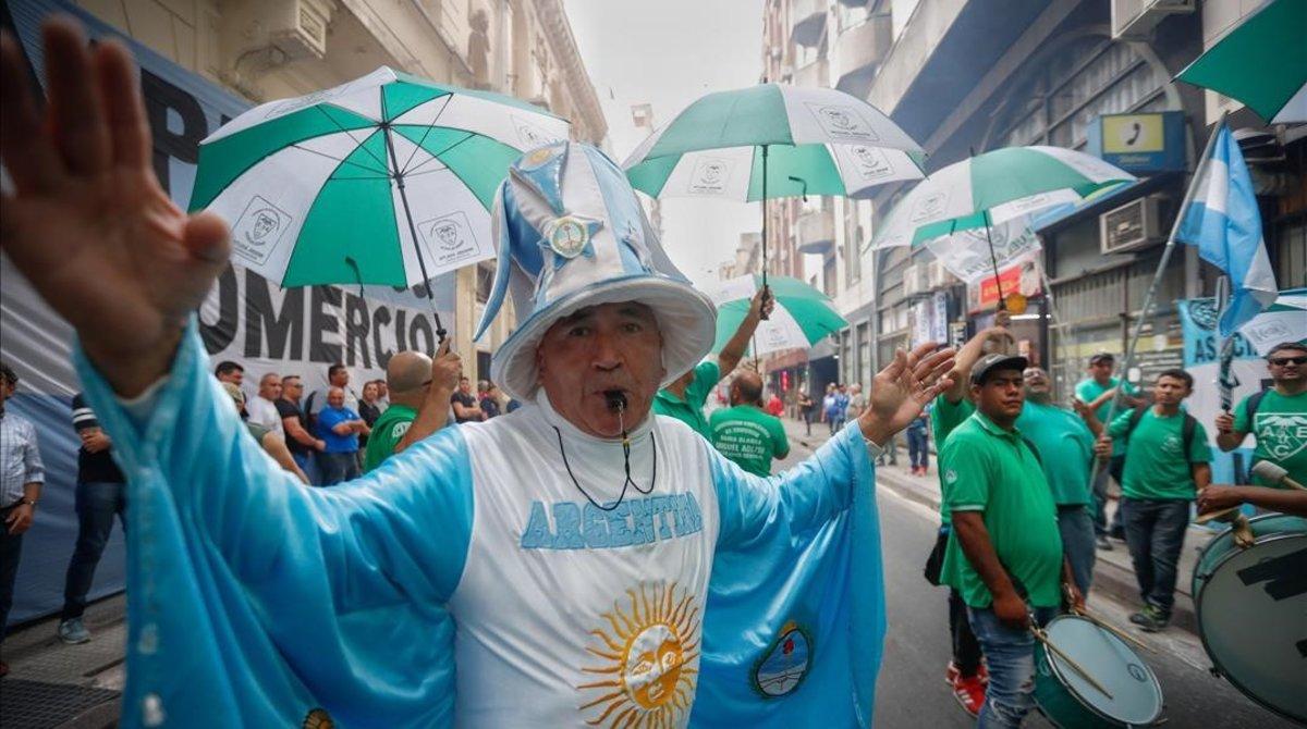 Manifestantes protestan contra la política económica de Macri, en Buenos Aires.
