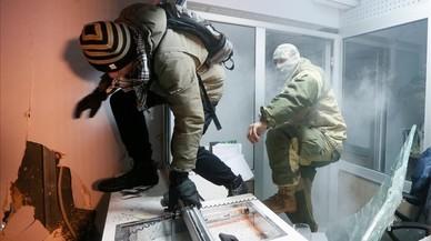 Manifestants ataquen una sucursal de Sberbank, durant la commemoració de l'aniversari de les protestes massives ucraïneses pro Unió Europea del 2014, a Kíev.