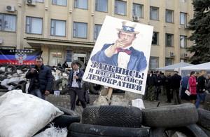 Manifestants prorussos davant lAjuntament de Kramatorsk (Ucraïna).