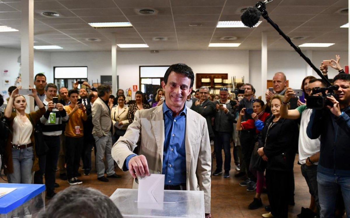Manuel Valls vota en Barcelona.