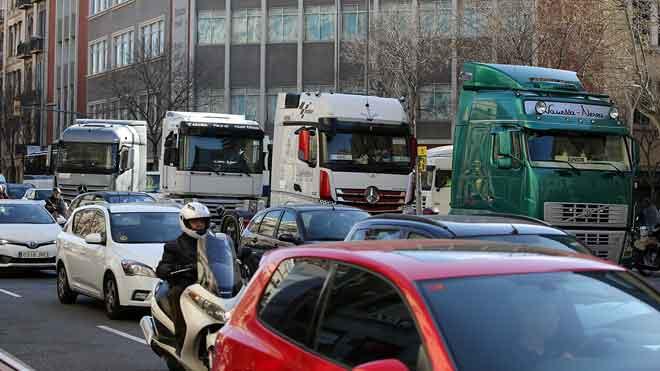 Marcha lenta de camiones por el centro de Barcelona. En la foto, algunos camiones por la calle Aragó a la altura de Roger de Llúria.